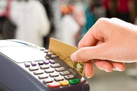 Все больше россиян предпочитает оплачивать покупки безналичным способом