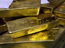 Золото слабо растет после обвала накануне