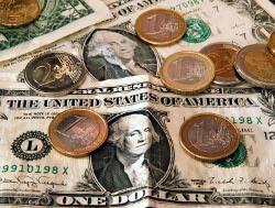 Доллар и евро начали день коррекцией позиций