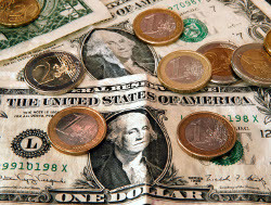Доллар начал день ростом
