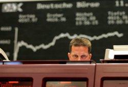 Евро укрепляется после падения к доллару