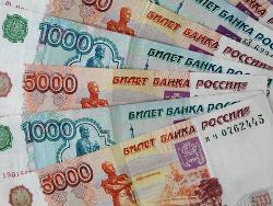 Рубль продолжил падение к доллару и евро