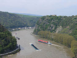 На Рейне танкер с серной кислотой сел на грунт
