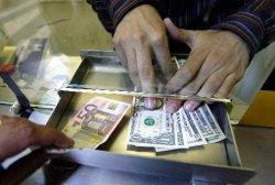 Рубль в начале дня сдал позиции на рынке