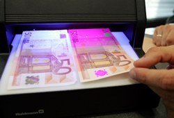Официальный курс евро упал на 8,49 коп.